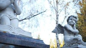 Δύο αγάλματα των παιδιών των αγγέλων από το άσπρο μάρμαρο απόθεμα βίντεο