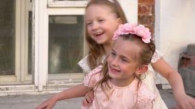 Δύο αγαπητές μικρές αδελφές θέτουν μπροστά από τον αδελφό απόθεμα βίντεο