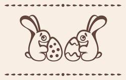 Δύο λαγουδάκια Πάσχας κρατούν τα αυγά Στοκ Φωτογραφία