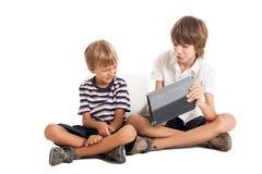 Δύο αγόρια με ένα PC ταμπλετών στοκ εικόνες