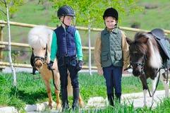 Δύο αγόρια με τα πόνι Στοκ εικόνα με δικαίωμα ελεύθερης χρήσης
