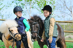Δύο αγόρια με τα πόνι Στοκ εικόνες με δικαίωμα ελεύθερης χρήσης
