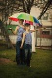 Δύο αγόρια με την ομπρέλα ουράνιων τόξων στο πάρκο Στοκ φωτογραφία με δικαίωμα ελεύθερης χρήσης