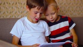 Δύο αγόρια παίζουν σε μια άσπρη συνεδρίαση πιάτων απόθεμα βίντεο