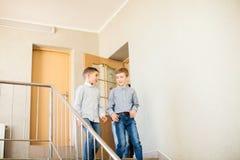 Δύο αγόρια πηγαίνουν κάτω Στοκ φωτογραφίες με δικαίωμα ελεύθερης χρήσης