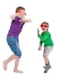 Δύο αγόρια που έχουν τη διασκέδαση που φορά τα τρισδιάστατα γυαλιά στοκ εικόνες