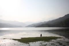 Δύο αγόρια που αλιεύουν σε μια ασημένια λίμνη σε Pokhara Νεπάλ Στοκ εικόνα με δικαίωμα ελεύθερης χρήσης