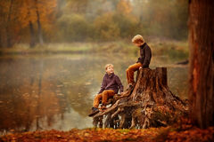 Δύο αγόρια στο κολόβωμα Στοκ εικόνες με δικαίωμα ελεύθερης χρήσης