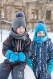 Δύο αγόρια το χειμώνα Στοκ φωτογραφία με δικαίωμα ελεύθερης χρήσης