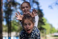 Δύο αδελφές ή φίλες κοριτσιών που έχουν τη διασκέδαση υπαίθρια στοκ εικόνες