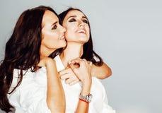 Δύο αδελφές ζευγαρώνουν την τοποθέτηση, κάνοντας τη φωτογραφία selfie, ντυμένο ίδιο άσπρο πουκάμισο, διαφορετικό χαμόγελο φίλων h Στοκ εικόνα με δικαίωμα ελεύθερης χρήσης