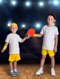 Δύο αδελφοί παίζουν την αντισφαίριση στην αθλητική αίθουσα πρωτοπόροι στοκ φωτογραφία με δικαίωμα ελεύθερης χρήσης
