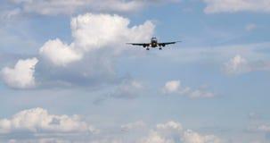 Δύο αεροπλάνα φθάνουν στην μπροστινή άποψη αερολιμένων απόθεμα βίντεο