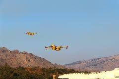 Δύο αεροπλάνα που πετούν στο τουριστικό θέρετρο Στοκ φωτογραφία με δικαίωμα ελεύθερης χρήσης
