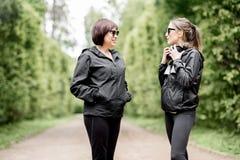 Δύο αθλήτριες που μιλούν στο πάρκο Στοκ φωτογραφίες με δικαίωμα ελεύθερης χρήσης