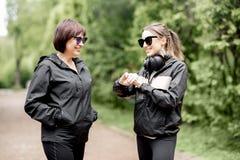 Δύο αθλήτριες που μιλούν στο πάρκο Στοκ Φωτογραφία