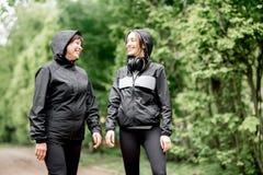 Δύο αθλήτριες που μιλούν στο πάρκο Στοκ φωτογραφία με δικαίωμα ελεύθερης χρήσης