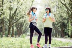 Δύο αθλήτριες που μιλούν στο πάρκο Στοκ εικόνα με δικαίωμα ελεύθερης χρήσης