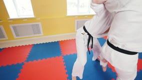 Δύο αθλητικά άτομα που εκπαιδεύουν τις δεξιότητες aikido τους στο στούντιο Χτύπημα του αντιπάλου στο βραχίονα και ρίψη τον απόθεμα βίντεο