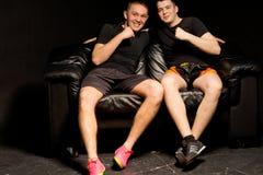 Δύο αθλητικοί νεαροί άνδρες που έχουν τη διασκέδαση Στοκ φωτογραφία με δικαίωμα ελεύθερης χρήσης