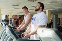 Δύο αθλητικοί τύποι στη γυμναστική Στοκ φωτογραφία με δικαίωμα ελεύθερης χρήσης