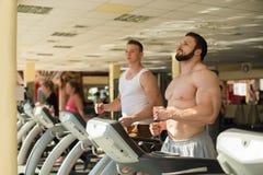 Δύο αθλητικοί τύποι στη γυμναστική Στοκ Φωτογραφίες