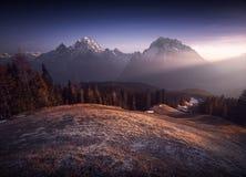 Δύο αιχμές βουνών με τα sunrays Στοκ εικόνα με δικαίωμα ελεύθερης χρήσης