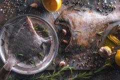 Δύο ακατέργαστοι πλευρονήκτες με το διαφορετικό καρύκευμα στη τοπ άποψη υποβάθρου πετρών Στοκ Εικόνες