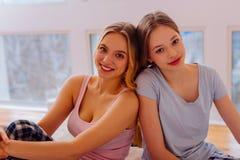 Δύο ακτινοβολώντας αδελφές που αισθάνονται την καταπληκτική ημέρα εξόδων από κοινού στοκ φωτογραφία με δικαίωμα ελεύθερης χρήσης