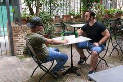 Δύο αλβανικοί τύποι μαφιών μιλούν την επιχείρηση στοκ εικόνες