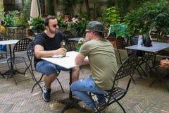 Δύο αλβανικοί τύποι μαφιών μιλούν την επιχείρηση στοκ φωτογραφία με δικαίωμα ελεύθερης χρήσης