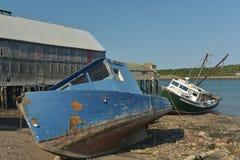 Δύο αλιευτικά σκάφη που βάζουν στις όχθεις ποταμού Στοκ εικόνες με δικαίωμα ελεύθερης χρήσης