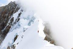 Δύο αλπινιστές που περπατούν τη λεπτή κορυφογραμμή βουνών στοκ εικόνες με δικαίωμα ελεύθερης χρήσης