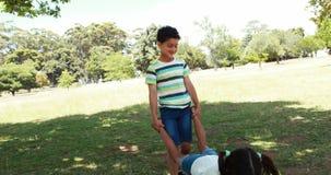 Δύο αμφιθαλείς που έχουν τη διασκέδαση μαζί στο πάρκο φιλμ μικρού μήκους
