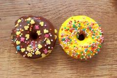 Δύο ανάμεικτο Donuts στοκ εικόνα