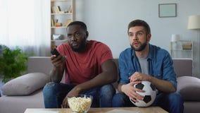 Δύο ανεμιστήρες ποδοσφαίρου που προσέχουν τον αγώνα αμερικανικού ποδοσφαίρου, που προσπαθεί να καταλάβει τους κανόνες φιλμ μικρού μήκους