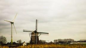 Δύο ανεμόμυλοι στην Ολλανδία Πρώιμο ελατήριο, filds στοκ φωτογραφία με δικαίωμα ελεύθερης χρήσης