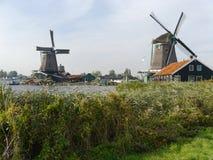 Δύο ανεμόμυλοι στο πλαίσιο υποβάθρου αυτό το χαρακτηριστικό ολλανδικό τοπίο Στοκ φωτογραφίες με δικαίωμα ελεύθερης χρήσης