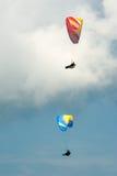 Δύο ανεμόπτερα που πετούν στο μπλε ουρανό Στοκ Φωτογραφίες