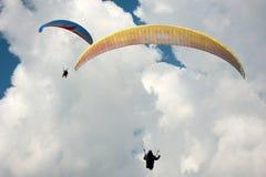 Δύο ανεμόπτερα που πετούν στο μπλε ουρανό Στοκ Εικόνες