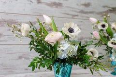 Δύο ανθοδέσμες των φρέσκων λουλουδιών Στοκ Φωτογραφίες