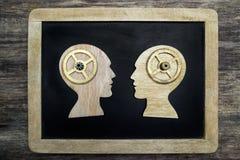 Δύο ανθρώπινες επικεφαλής σκιαγραφίες με τα εργαλεία Στοκ φωτογραφία με δικαίωμα ελεύθερης χρήσης