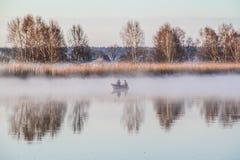 Δύο ανθρώπων πιάνοντας ψάρια στη βάρκα Στοκ Εικόνα