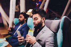Δύο ανθρώπων στα γυαλιά λαβής φραγμών καθίστε στο μετρητή, κοκτέιλ κατανάλωσης, οι εύθυμοι φίλοι που συναντούν το φραγμό επικοινω στοκ φωτογραφίες με δικαίωμα ελεύθερης χρήσης