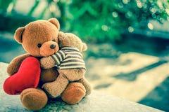 Δύο αντέχουν τις κούκλες και την κόκκινη καρδιά Στοκ εικόνα με δικαίωμα ελεύθερης χρήσης