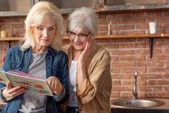 Δύο ανώτερες κυρίες που αποφασίζουν τι να μαγειρεψει Στοκ εικόνες με δικαίωμα ελεύθερης χρήσης
