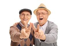 Δύο ανώτεροι κύριοι που κάνουν το σημάδι ειρήνης Στοκ Εικόνες