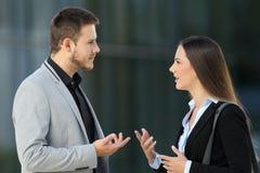 Δύο ανώτεροι υπάλληλοι που μιλούν σοβαρά στην οδό Στοκ Φωτογραφίες