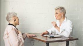 Δύο ανώτερο αγκαλιασμένο φίλοι γραφείο επιχειρησιακών γυναικών μετά από τη συνεδρίαση απόθεμα βίντεο