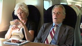Δύο ανώτερο Businesspeople να ανταλάξει στο τραίνο απόθεμα βίντεο